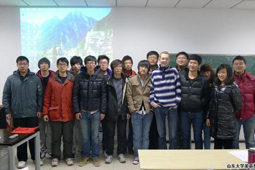 2012级学生与外教的合影