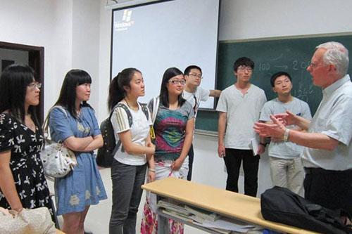 学生与外教课后交流